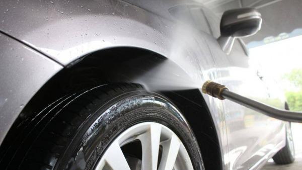 Một số chủ xe trong quá trình làm sạch lại dùng vòi xịt cao áp xịt mạnh lên động cơ hoặc các ngóc ngách nhỏ trong khoang