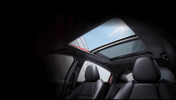 Cửa sổ trời toàn cảnh Panorama và tựa tay hàng ghế sau chỉ có trên biến thể L.