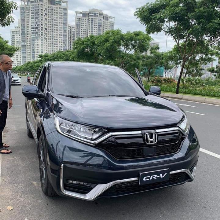 TỔNG QUAN VỀ THIẾT KẾ NGOẠI THẤT CỦA HONDA CR-V 2020 Honda CR-V 2020 Facelift suy cho cùng cũng là phiên bản nâng cấp giữa dòng đời, vậy nên nó sẽ vẫn giữ nguyên kích thước tổng thể Dài x Rộng x Cao lần lượt là 4584 x 1855 x 1679 mm. Theo thông tin mà giaxenhap.com ghi nhận được, trong lần chạy thử mới đây có tổng cộng 3 xe thì riêng trong đó có 2 chiếc được nguỵ trang phần cản va trước/sau, chiếc còn lại được che kín toàn bộ. Có khả năng cao thì Honda CR-V 2020 Facelift sẽ có phiên bản nâng cấp nhẹ và phiên bản nâng cấp toàn diện.