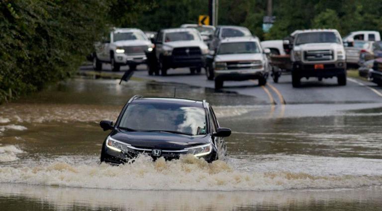 Chuyên gia bật mí cách ô tô lội nước tránh hại xe nhất